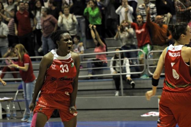Alegría desbordada por el primer triunfo rojillo / Gabinete de prensa CB Almería